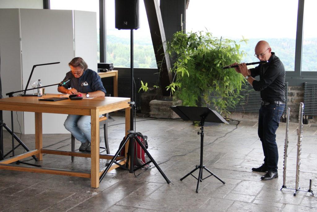 Nobert Scheuer liest aus seinem Buch, neben ihm der Flötist Rainer Berger.